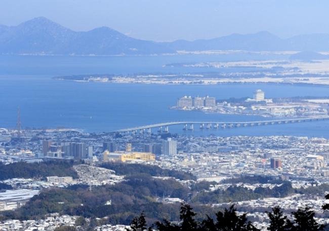 眼下に広がる琵琶湖の景色